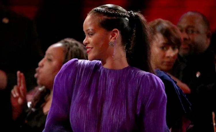 Rihanna-moda-crveni_ruž-haljina-pasadena