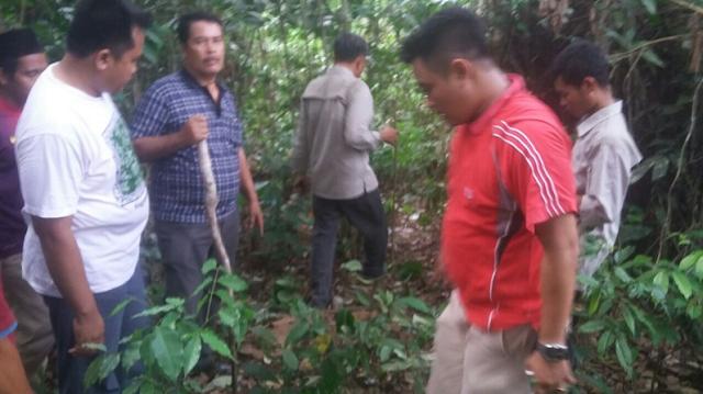 BBKSDA Riau dan tim gabungan saat berada di lokasi beruang yang menerkam warga di Desa Teluk Paman, Selasa, 3 Oktober 2017