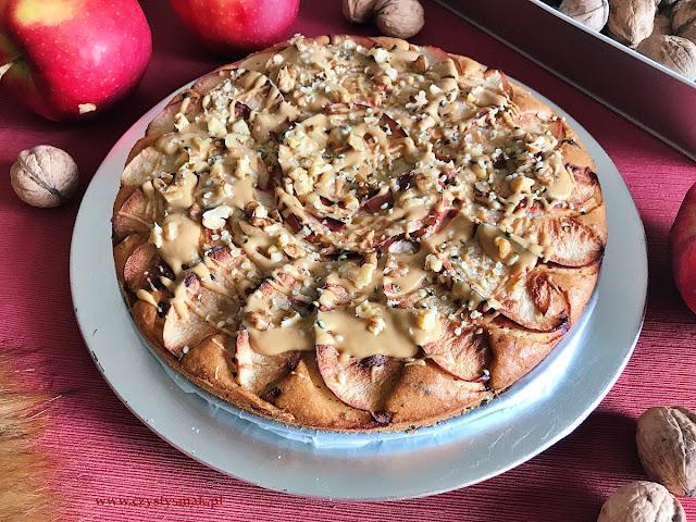 Jesienne ciasto ucierane z jabłkami, orzechami i nasionami konopii