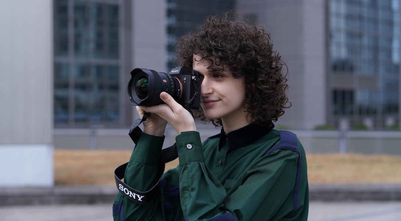 Девушка фотограф с фотоаппаратом