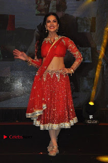 Bollywood Actress Model Sunny Leone Dance Performance in Red Half Saree at Rogue Audio Launch 13 March 2017  0138.jpg