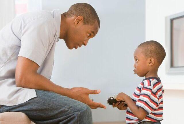 Padre disciplinando a su hijo
