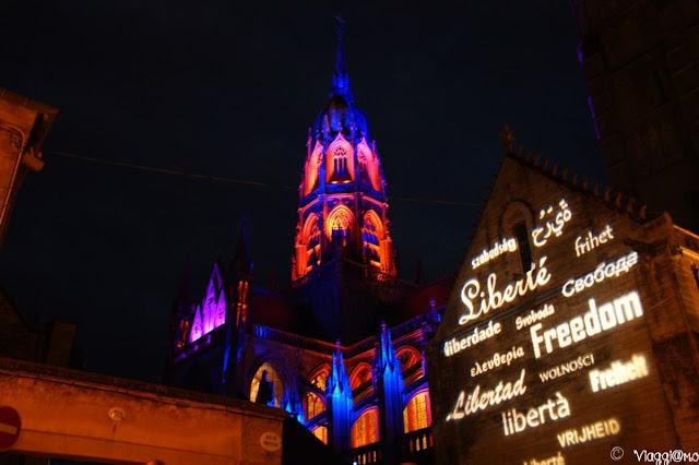 Luci e scritte illuminano la Cattedrale di Bayeaux