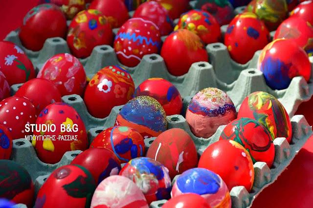 Παιδική ζωγραφική σε πασχαλινά αυγά στο Ναύπλιο (βίντεο)