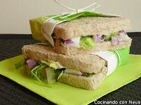 sándwich clásico de atún y cebolla