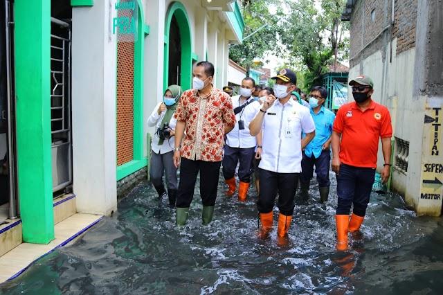 Cek Air Banjir Berwarna Hitam, Plt. Bupati : Tunggu Hasil Lab