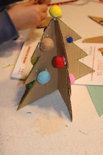 árvore de Natal em cartão a ser decorada com pompons coloridos
