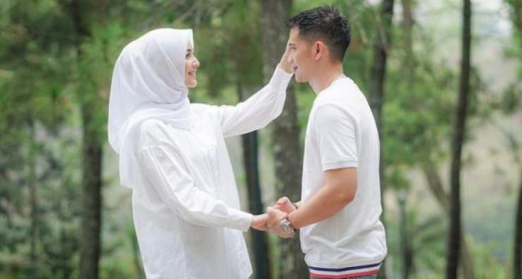 senyum istri kepada suami