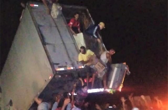 Caminhão se envolve em acidente na BR-116 e carga é saqueada