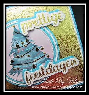 """Een close-up van de met gouden ornamentjes versierde kerstboom en """"prettige feestdagen"""". A close-up of the Christmas tree decorated with gold ornaments and """"Happy Holidays"""" (Dutch words)."""