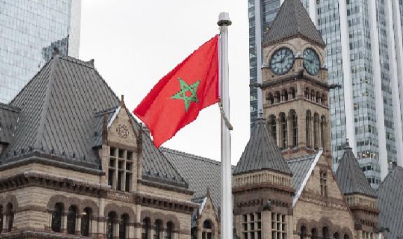 العلم الوطني المغربي يرفرف على ساحة البلدية على الرغم من COVI-19