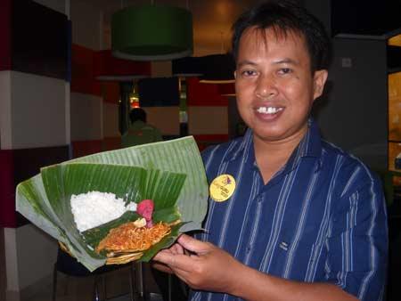 NASI JINGGO : Ini saya saat kunjungan ke Bali pada bulan November 2010 yang lalu sempat mencicipi uniknya Nasi Jinggo di salah satu hotel di kawasan Denpasar saat itu.  Foto dokumengtasi pribadi
