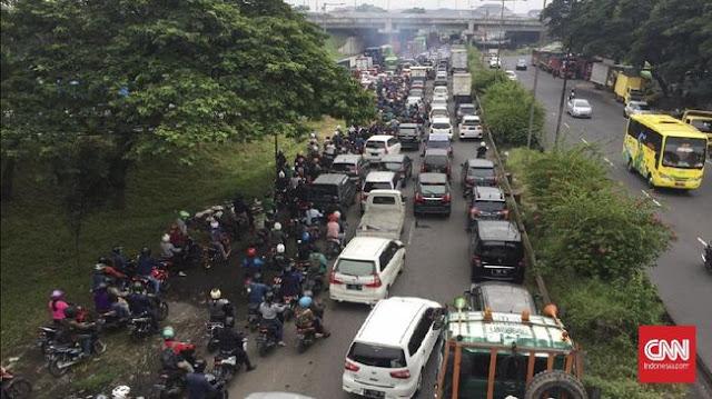 Hari Pertama PSBB, Akses Masuk Surabaya Macet Total