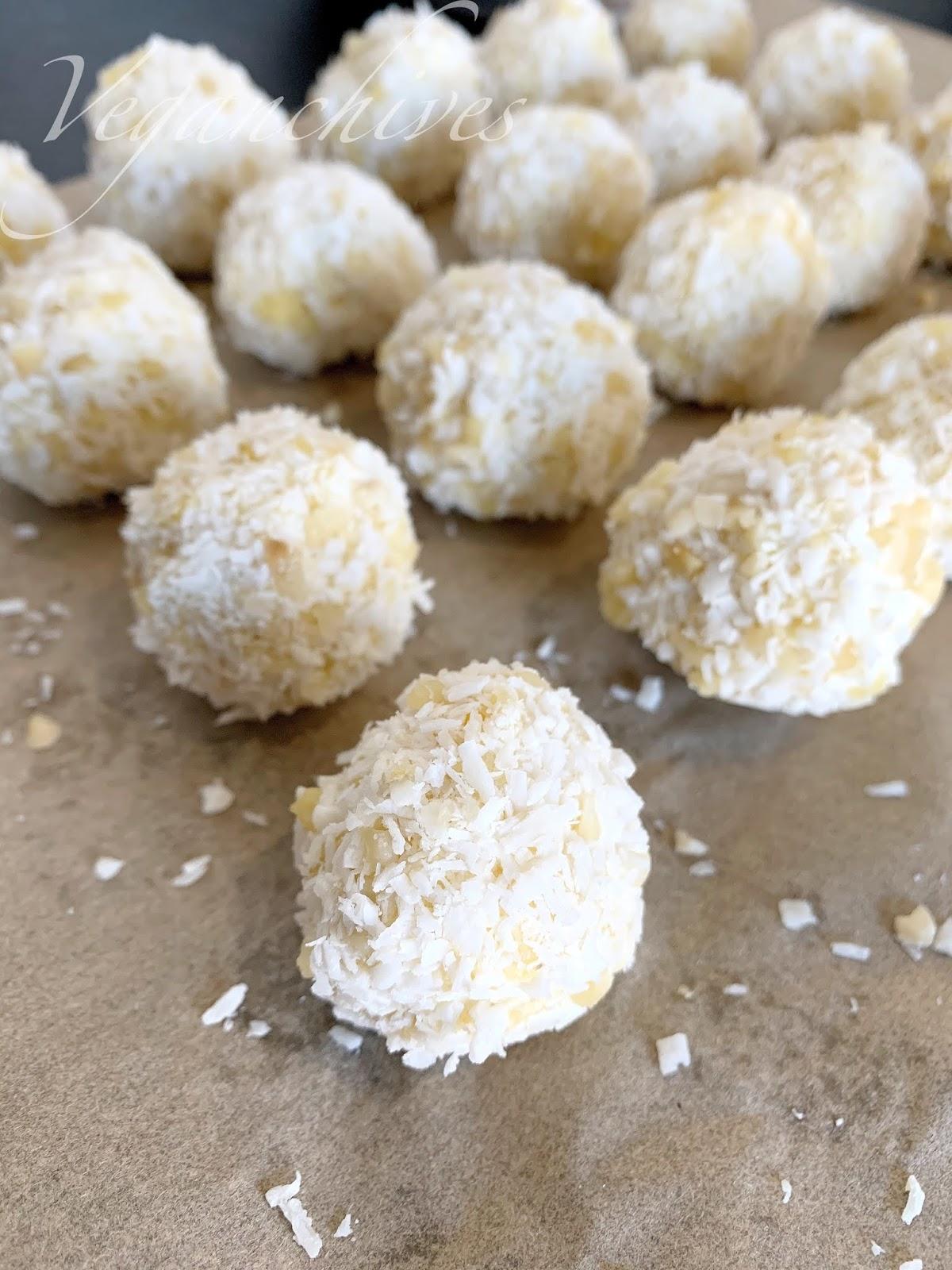 Wegańskie Kokosowe kulki mocy ala rafaello