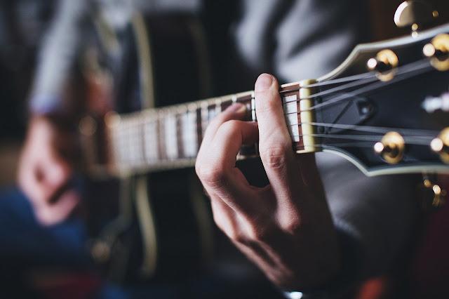Bermain gitar dengan chord dasar kunci gitar sebuah lagu