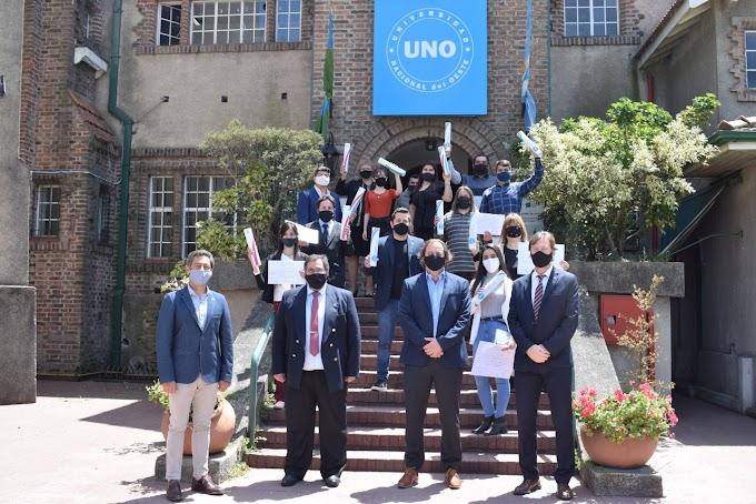 Nuevos estudiantes de la Universidad Nacional del Oeste que reciben sus títulos