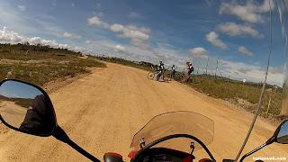 Grupo de ciclistas percorria pelo caminho contrário.