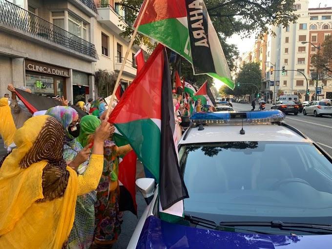 Decenas de saharauis se manifiestan frente al consulado de Marruecos en Bilbao para denunciar la situación en la que se encuentra Sulatana Jaya.
