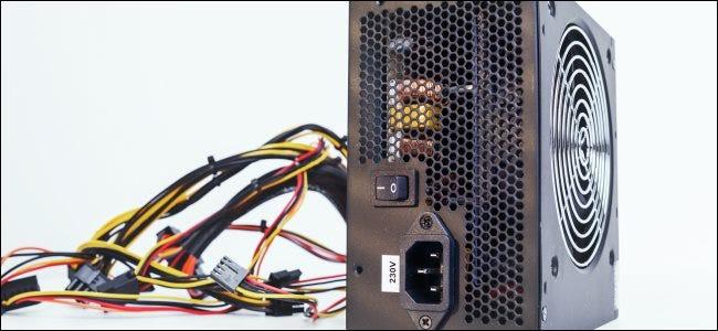وحدة تزويد الطاقة وكابلاتها لجهاز كمبيوتر سطح المكتب.
