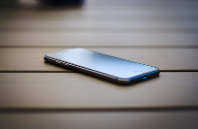 iPhone 8を斜めから見る