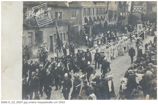 BIAB D_02_0007.jpg Untere Hauptstraße, Jahrhundertwende, Unbekannter Anlaß einer Veranstaltung, Bild von Ferdinand Woißyk