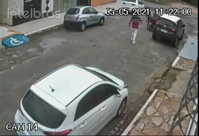 Vídeo mostra momento em que grossense tem carro tomado de assalto em Mossoró