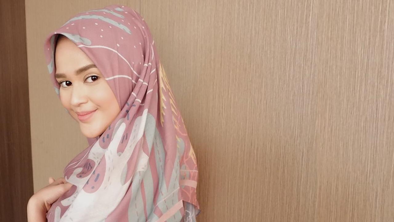 Artis cantik bibir merah cantik pink manis dan imut Cut Meyriska