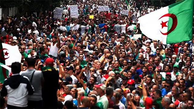 تعيش الجزائر هذه الأيام في حالة غليان شديد ، بسبب الارتفاع الصاروخي في أسعار عدد من المواد الاستهلاكية الأساسية ، مما كان له تأثير سلبي للغاية على القوة الشرائية للمواطنين الذين أعربوا عن استيائهم الشديد من السياسة التي تنتهجها الدولة من أجل سنوات ، خاصة بعد تجميد الأجور ، مقابل المليارات العديدة التي تسرفها بسخاء في جيوب قادة جبهة البوليساريو ، دون جدوى.