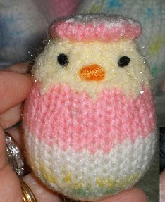 http://theknittycat.blogspot.com.es/2010/02/eggy-peeps-pretty-easter-egg-yarn-and.html