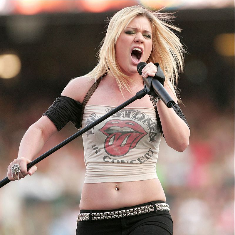 """Slams Rumors Her Weight Loss Is the Result of """"Weird"""" Kelly Clarkson Keto Pills or Fad Diets: """"Fake News"""""""