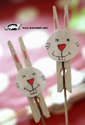 http://translate.googleusercontent.com/translate_c?depth=1&hl=es&rurl=translate.google.es&sl=en&tl=es&u=http://krokotak.com/2014/04/easter-bunny-from-painted-clothespins/&usg=ALkJrhiK3P3f1gyVBSzk1SDTkbB-Q7GDsw
