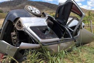 Táxi capota e quatro pessoas ficam feridas na Paraíba