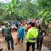 Bersama Warga Personel Gabungan Bersihkan Longsoran Tutupi Jalan Lintas