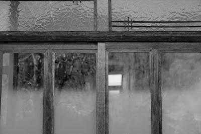 古民家カフェ ひとつ石の白黒写真 玄関