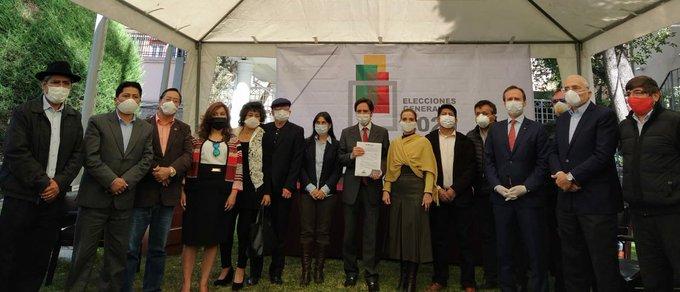 Candidatos de partidos y activistas reunidos con los vocales del TSE / FUENTE DIRECTA / TSE