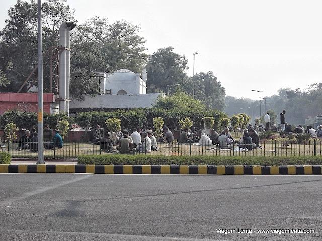 Na falta de praças em Nova Delhi, as ilhas das rotatórias ajudam a relaxar