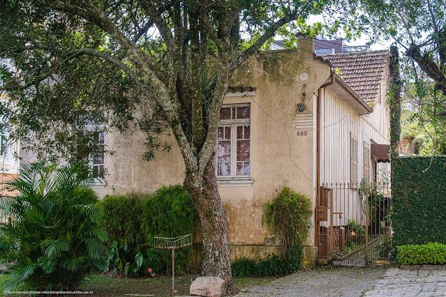 Casa de madeira com fachada de alvenaria