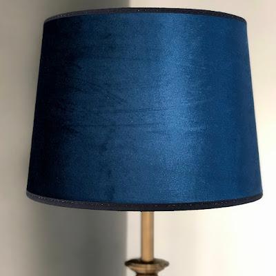 Lampskärm Roma i slät blå sammet från Hallbergs belysning hos återförsäljare Longcoast Living.