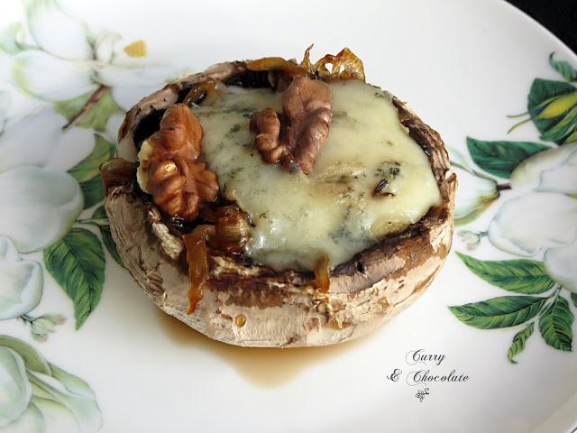 Champiñones rellenos de gorgonzola con cebolla caramelizada y nueces