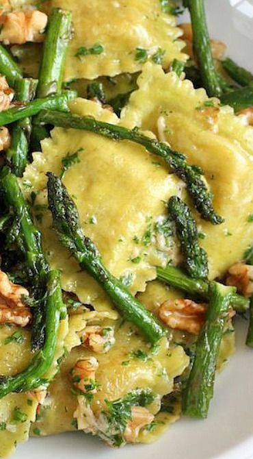 RAVIOLI WITH SAUTEED ASPARAGUS AND WALNUTS #ravioli #sauteed #asparagus #walnuts #veggies #veganrecipes #vegetarian #vegetarianrecipes