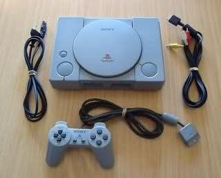 PlayStation original junto a todos los accesorios que traía originalmente en su caja
