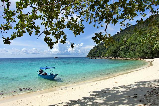 Planujesz pobyt na rajskich wyspach Perhentian w Malezji? Jak dojechać? Jak się na nie dostać? Wszystkie szczegóły, możliwości transportu, lotniska, promy - w jednym artykule.