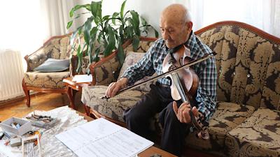 عازف تركي رغم تقديمه في السن لا يفارق الة الكمان