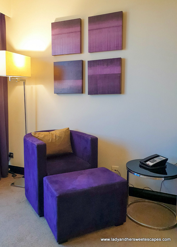 contemporary furniture in Pullman Hotel Dubai room