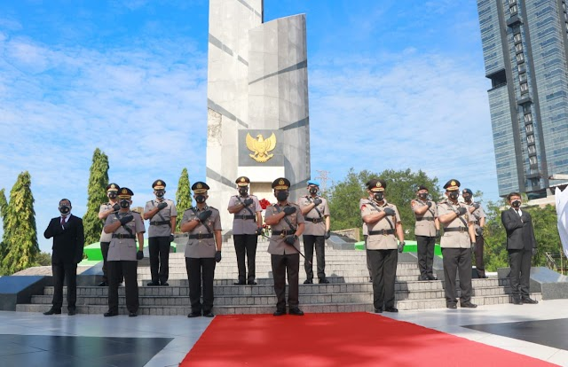 Momentum Hari Bhayangkara ke-75, Kapolda Jatim Ziarah ke TMP 10 November Surabaya*