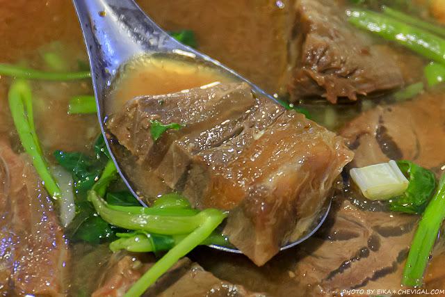MG 5384 - 吳家莊頂級牛肉麵,永興街人氣牛肉麵,表面鋪著滿滿的牛腱,幾乎看不到底下的麵!