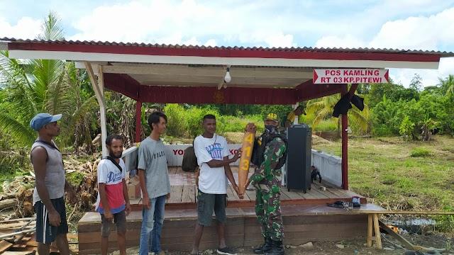 Satgas Yonif MR 413 Kostrad Berikan Pos Kamling Merah Putih Untuk Masyarakat Perbatasan RI-PNG