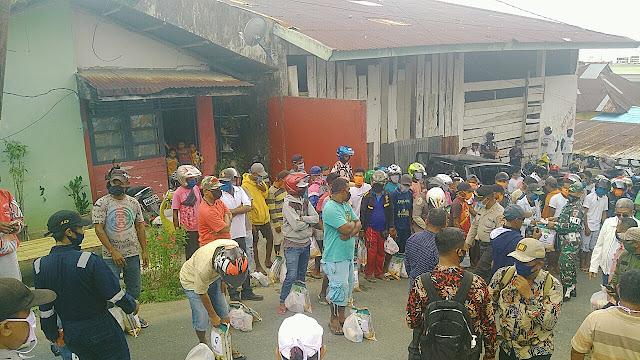 Bupati Maluku Tenggara M. Thaher Hanubun saat menyerahkan paket sembako dan masker kepada Ojek di Elat Kecamatan Kei Besar