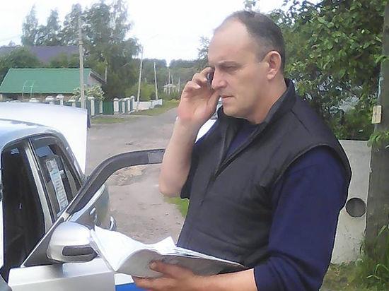 Житель российского села на старенькой машине бесплатно возит стариков, инвалидов и бедные семьи, хотя его собственные дети голодают