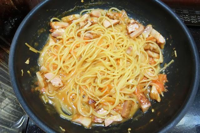 スパゲティを表示時間通りゆでたらを止め、【卵液】を流し入れ、全体に絡めるように混ぜ合わせます。